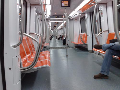 Interno di un treno della metropolitana di Roma. Il trasporto pubblico di Roma costa tanto e funziona male.