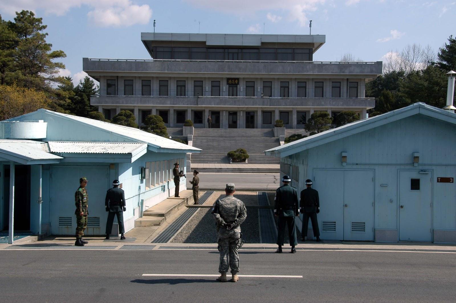 Edifici azzurri di Panmunjom attraversati dal confine tra le due Coree