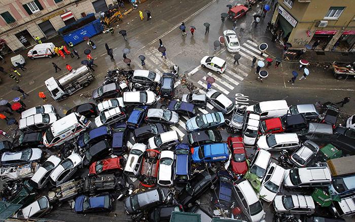 Automobili ammucchiate a causa dell'alluvione a Genova