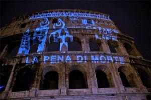 Colosseo illuminato contro la pena di morte