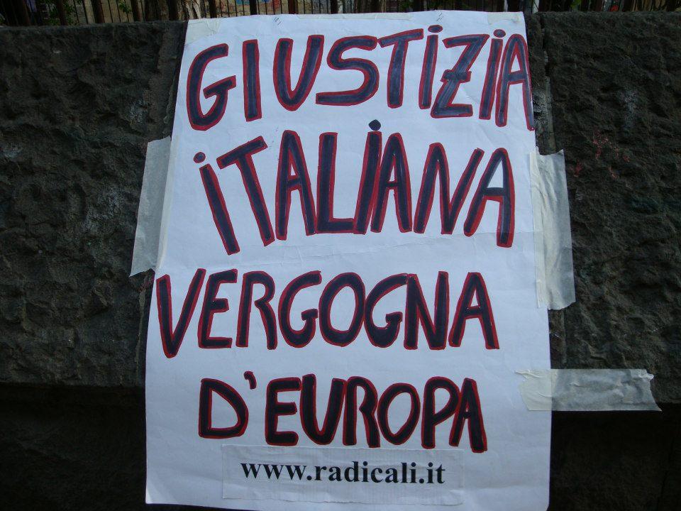 cartello di protesta contro le anomalie del sistema giudiziario italiano