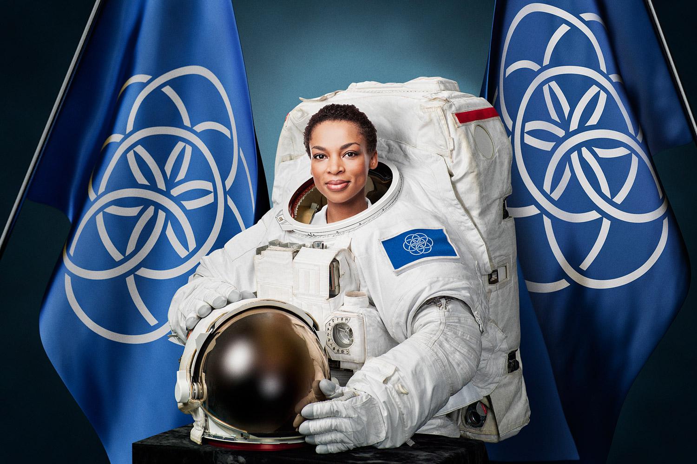 astronauta con bandiera terrestre