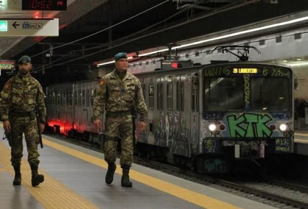 soldati in metropolitana